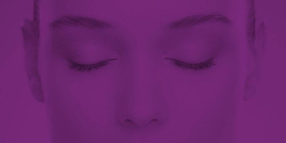 Kobieta z zamkniętymi oczami (tło)